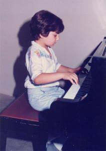 Ο Γιώργος παίζει πιάνο